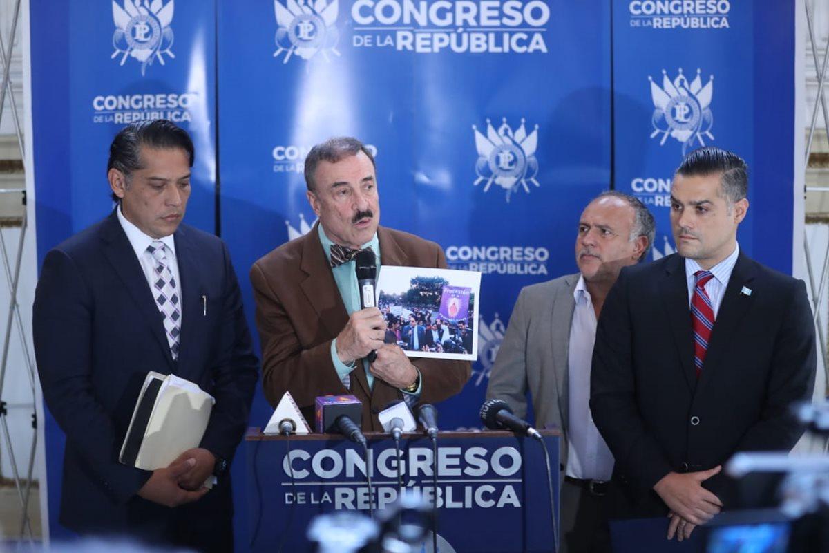 El diputado Linares-Beltranena expone los motivos por los que, según él, se debería destituir al magistrado de conciencia. (Foto Prensa Libre: Esbín García)