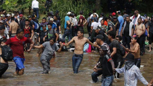 Cientos de migrantes ya han ingresado a México cruzando el río Suchiate. AFP