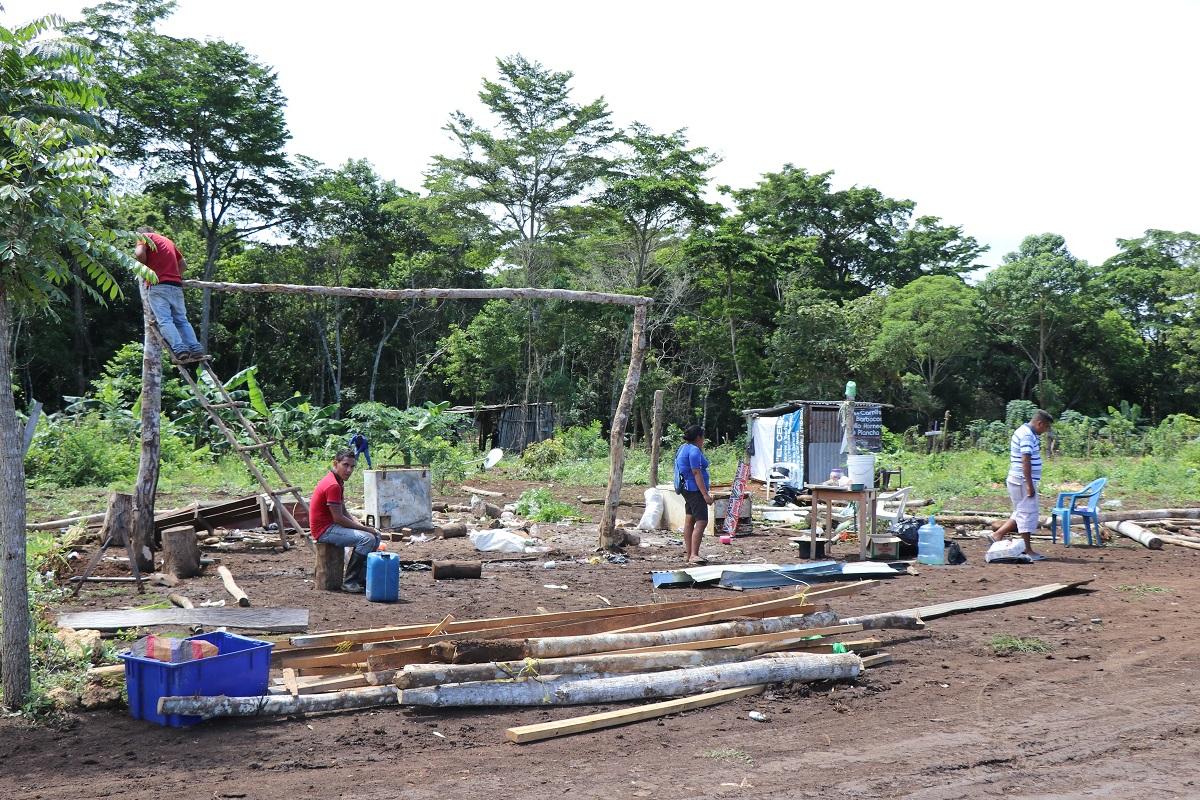 Alrededor de 300 familias que invadían una zona protegida municipal en La Libertad, fueron desalojadas por autoridades. (Foto Prensa Libre: Rigoberto Escobar)