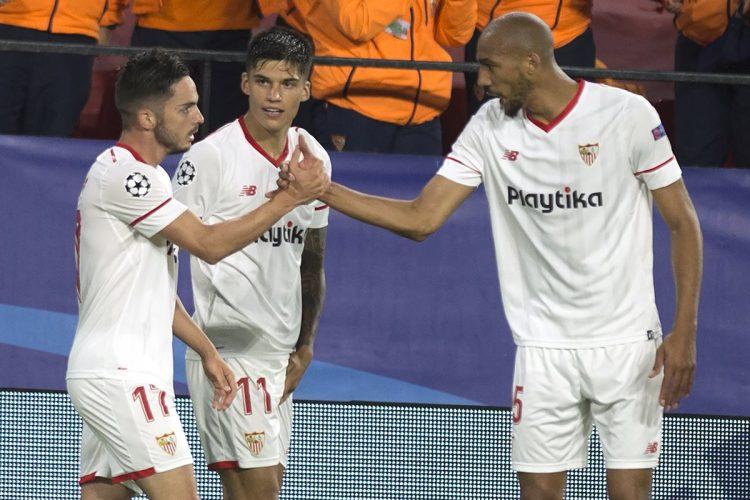 Pablo Sarabia celebra junto a sus compañeros el gol del Sevilla. (Foto Prensa Libre: AFP)