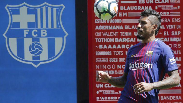 Paulinho hace juegos con la pelota durante su presentación con el fC Barcelona. (Foto Prensa Libre: AP)