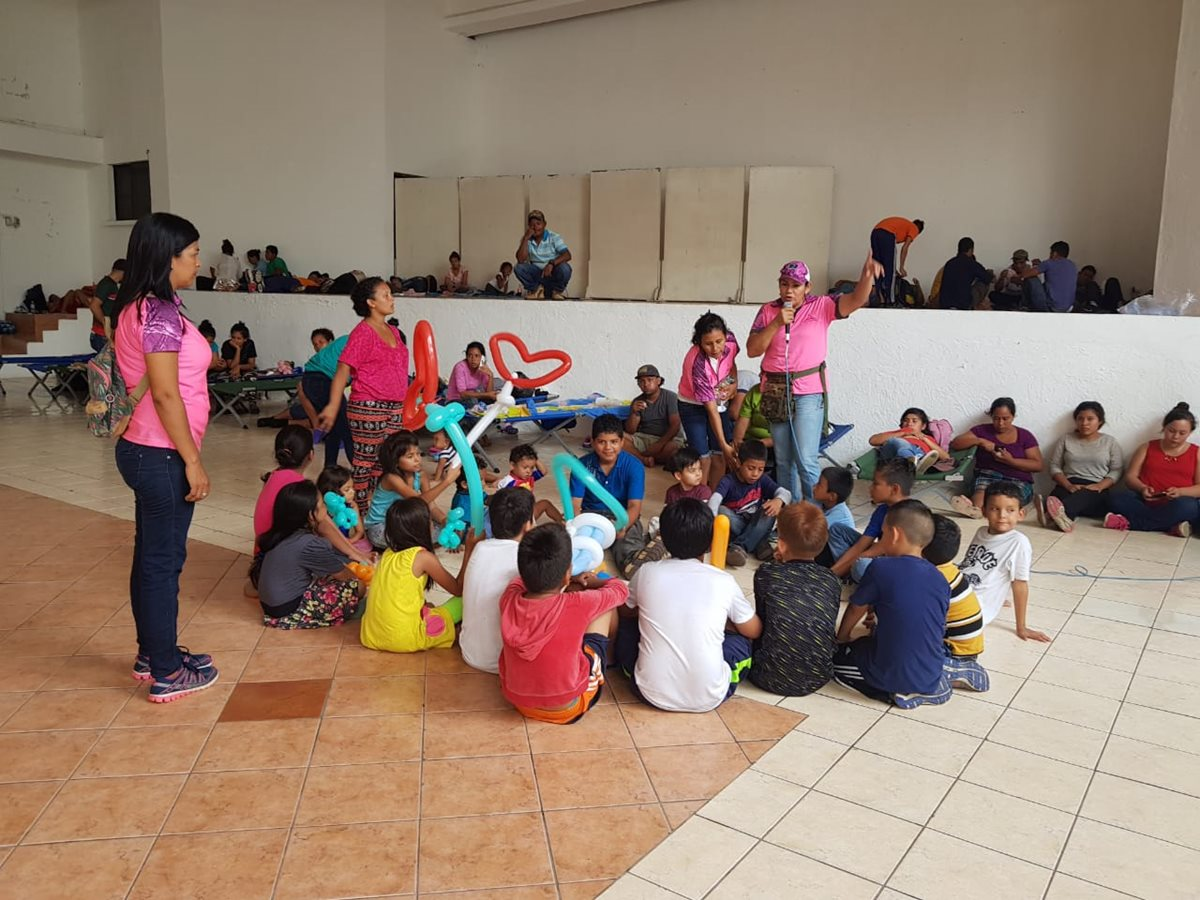 Unos 180 migrantes hondureños están albergados en el Salón Cristal, Tecún Umán San Marcos. (Foto Prensa Libre: Whitmer Barrera)