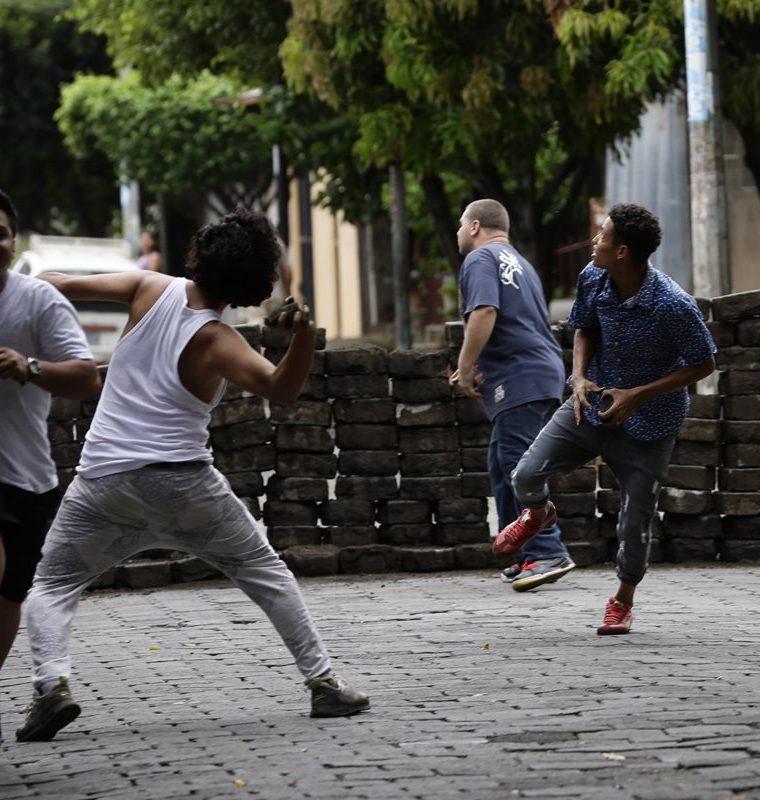 Manifestantes lanzan piedras durante enfrentamientos con la Policia Nacional en los barrios de Managua, Nicaragua.(EFE).