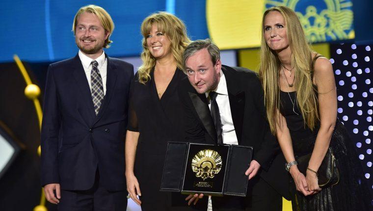 """El islandés Runar Runarsson, director de la película """"Sparrows"""" (segundo de la derecha), recibe el máximo galardón del Festival de Cine de San Sebatián. (Foto Prensa Libre AP)"""