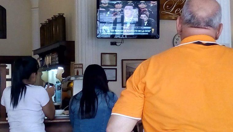 Personas que se ubicaban en los alrededores del Congreso observan la conferencia de Prensa del presidente Jimmy Morales.(Foto Prensa Libre: Óscar Rivas)