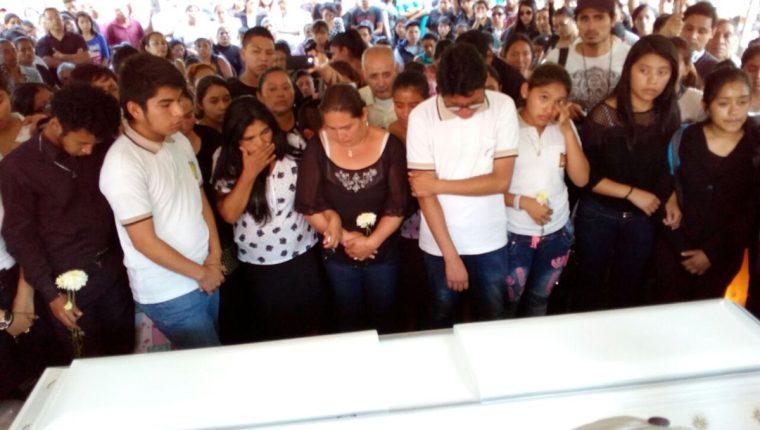 Amigos y familiares despiden a la joven que fue atropellada en la calzada San Juan. (Foto Prensa Libre: Luis Machá Pérez)