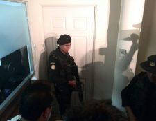 Agentes de la División de Análisis e Investigación Antinarcótica, apoyaron a fiscales del Ministerio Público para allanar las oficinas en el edificio 10-57, ubicado en la zona 1. Foto Prensa Libre: E. Paredes.