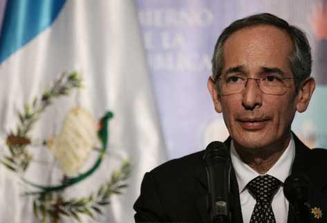 Álvaro colom anuncia, en conferencia de prensa, que autoriza  la extradición de Alfonso Portillo.