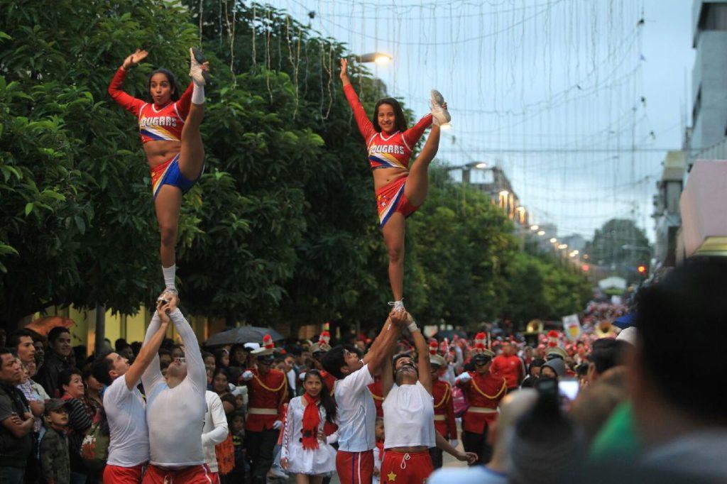 Las animadoras hacen acrobacias durante el desfile.