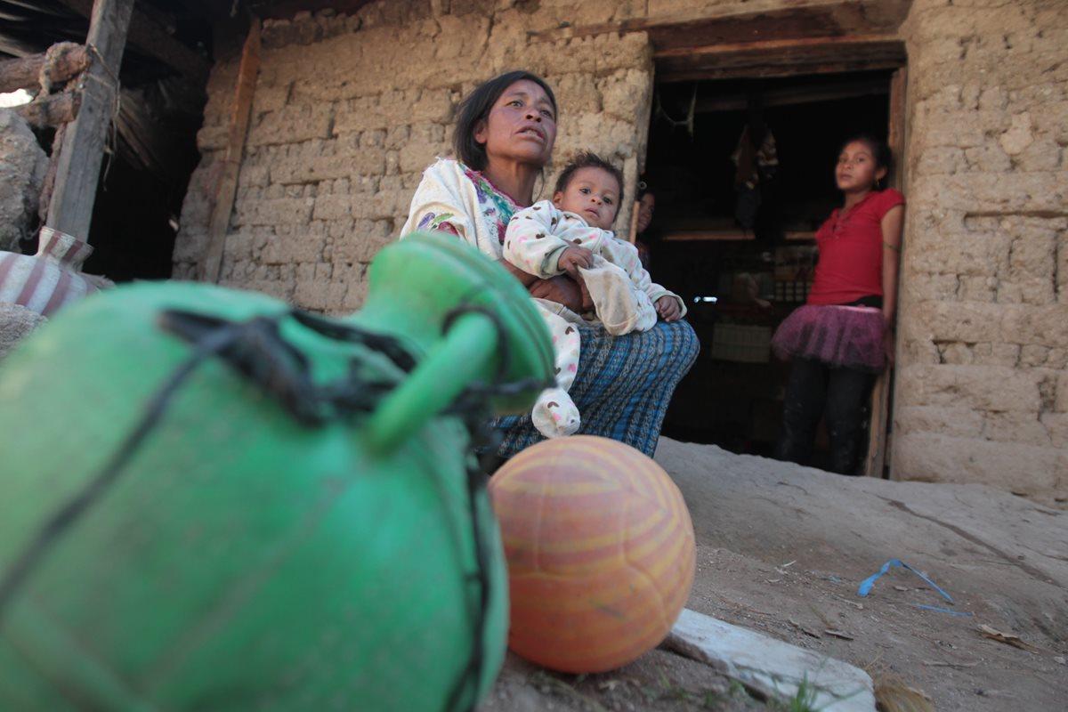 anilo Ramírez y su madre, María Sotera Gómez, sentados frente a su casa. (Foto Prensa Libre: Érick Ávila)