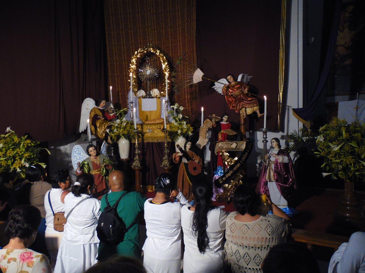 Jueves Santo por la noche es tradición visitar los sagrarios, altares artísticos donde se adora al Santísimo y se recuerda el cautiverio de Jesús antes de su pasión. (Foto: Néstor Galicia)