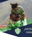 Los jugadores de Antigua GFC festejan en la remontada contra Marquense. (Foto Prensa Libre: Twitter @AntiguaOficial)