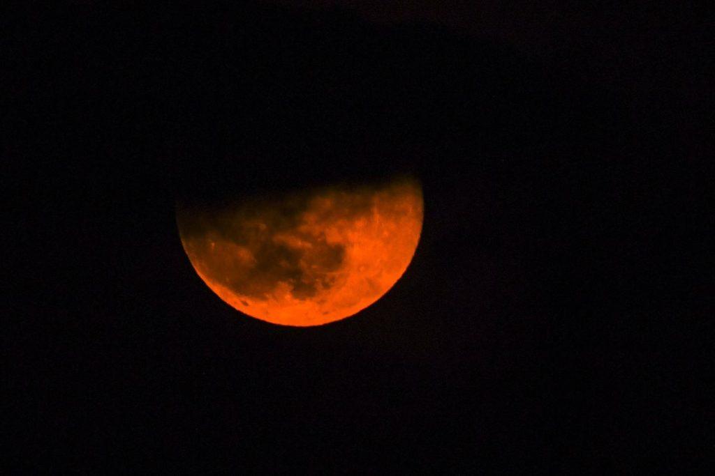En algunos lugares la luna adoptó un tono rojizo.