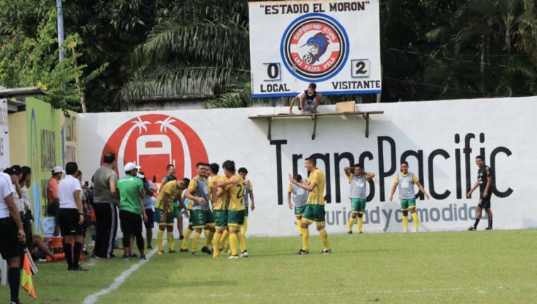 Los jugadores de Guastatoya celebran el tanto de Stefano Cincotta. (Foto Prensa Libre: Enrique Paredes)