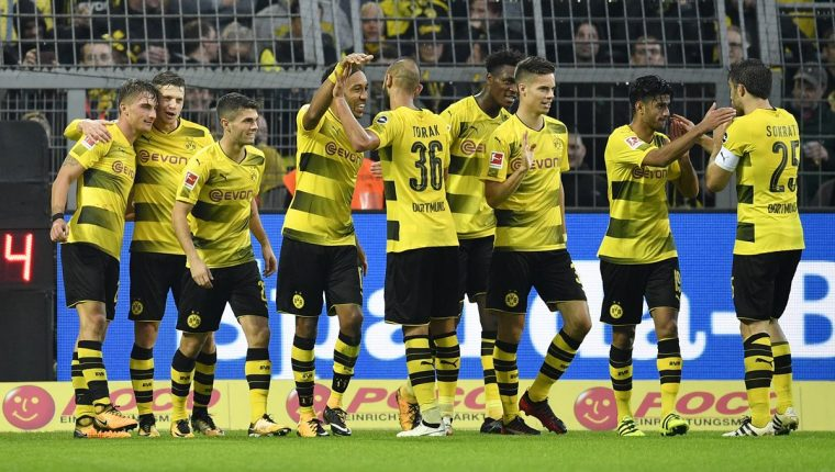 Los jugadores del Borussia festejan luego de una de las anotaciones. (Foto Prensa Libre: AP)