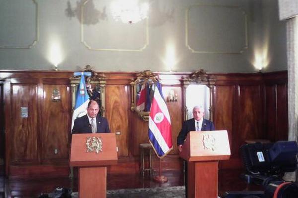 Solís y Pérez Molina dan declaraciones al concluir la reunión. (Foto Prensa Libre: Sergio Morales)
