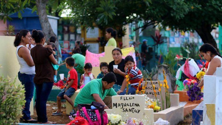 Una de las familias que llegó desde temprano al cementerio de Retalhuleu. (Foto Prensa Libre: Rolando Miranda)