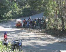 Pobladores de San Pablo Jocopilas, Suchitepéquez, se organizan para buscar a delincuentes. (Foto Prensa Libre: Melvin Popá)