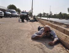 Soldados iraníes se ponen a cubierto durante un atentado terrorista contra un desfile militar en la ciudad de Ahvaz, en el suroeste de Irán. Al menos 24 personas murieron y 53 resultaron heridas en el ataque. (Foto Prensa Libre: EFE)