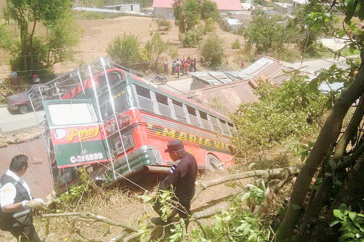 Bus cae a barranco en Olintepeque