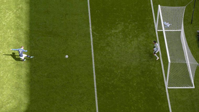 Antoine Griezmann anota desde el punto penal el primer gol de Francia contra Australia. (Foto Prensa Libre: AFP)