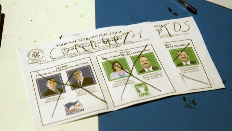 Algunos guatemaltecos se expresaron en contra de los candidatos mediante las papeletas de votos.(Foto Prensa Libre: EFE)