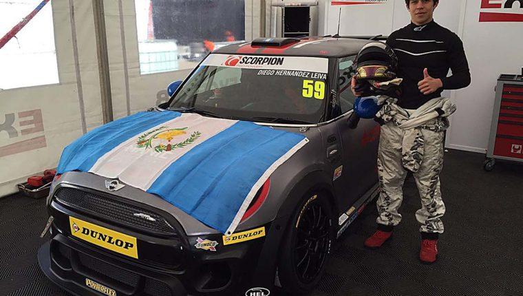 Juan Diego Hernández luce su Mini Cooper en el que debutó este sábado en Inglaterra. (Foto Prensa Libre: Cortesía César Pérez).