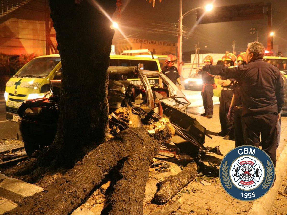 Dos personas mueren en accidente vial en calzada San Juan