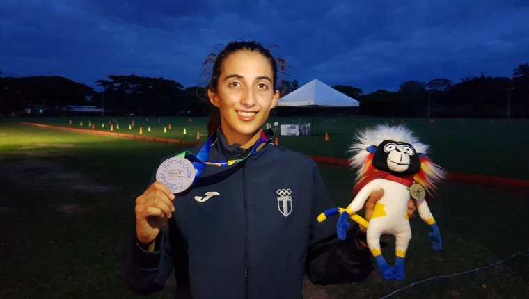 Sofía Cabrera presume la medalla de plata que conquistó en Barranquilla 2018. (Foto Prensa Libre: Cortesía COG)