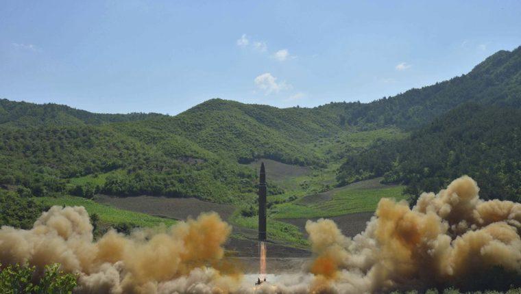 Muestra del lanzamiento del misil balístico intercontinental, en Corea del Norte. (Foto Prensa Libre:EFE).