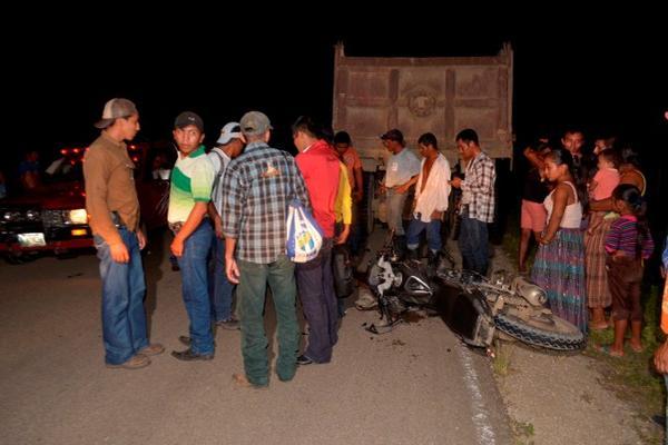 La motocicleta de Wilder Portillo quedó en el asfalto y el cuerpo a metros de distancia luego del accidente (foto Prensa Libre: Rigoberto Escobar)