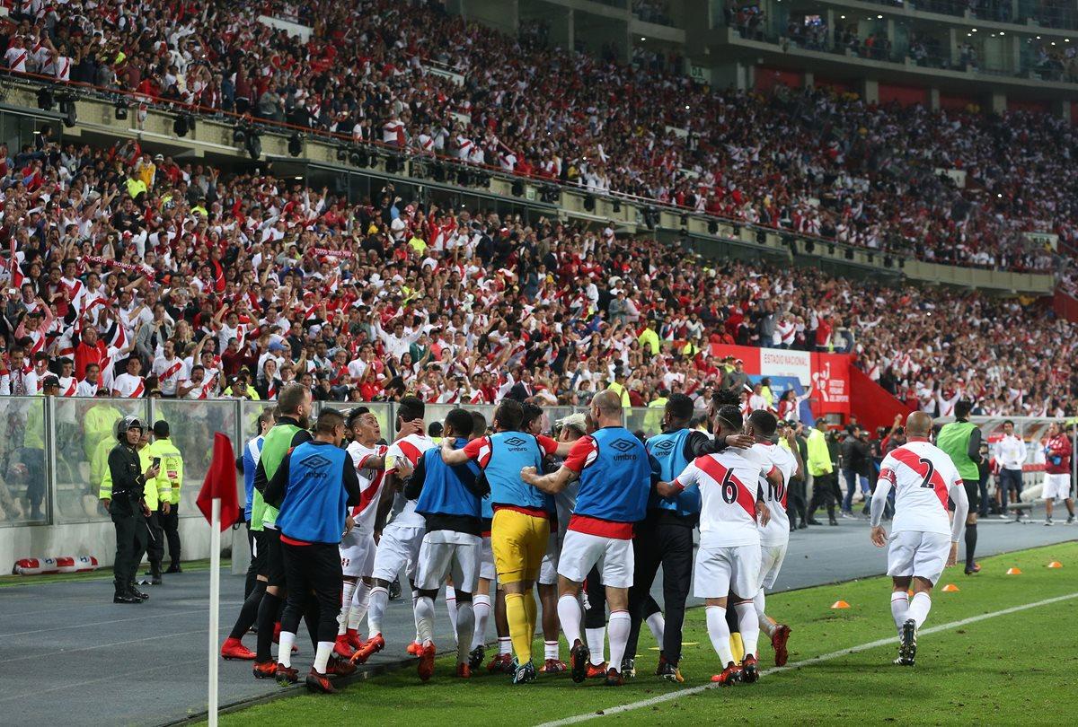 Los jugadores de Perú celebran la clasificación al Mundial después de superar a Nueva Zelanda 2-0 en el juego de vuelta de la serie de repechaje. (Foto Prensa Libre: EFE)