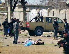 Policías afganos investigan el sitio después del ataque suicida. (Foto Prensa Libre:AP).