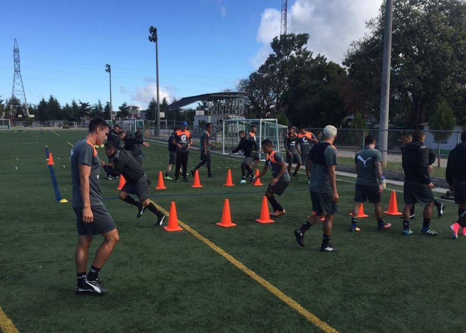 Los jugadores de Comunicaciones se entrenaron este lunes en la cancha alterna del estadio Cementos Progreso. (Foto Prensa Libre: Cortesía La Red)