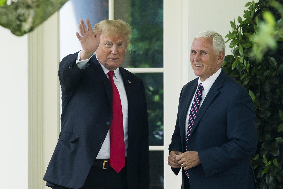 Donald Trump (i) saluda a los medios junto al vicepresidente Mike Pence (d) mientras se dirige hacia el jardín sur de la Casa Blanca.(Foto Prensa Libre:EFE).