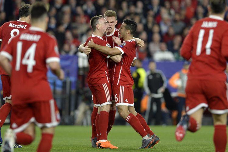 Los jugadores del Bayern Múnich celebran el gol del empate gracias a la anotación de Jesús Navas en propia puerta. (Foto Prensa Libre: AFP)