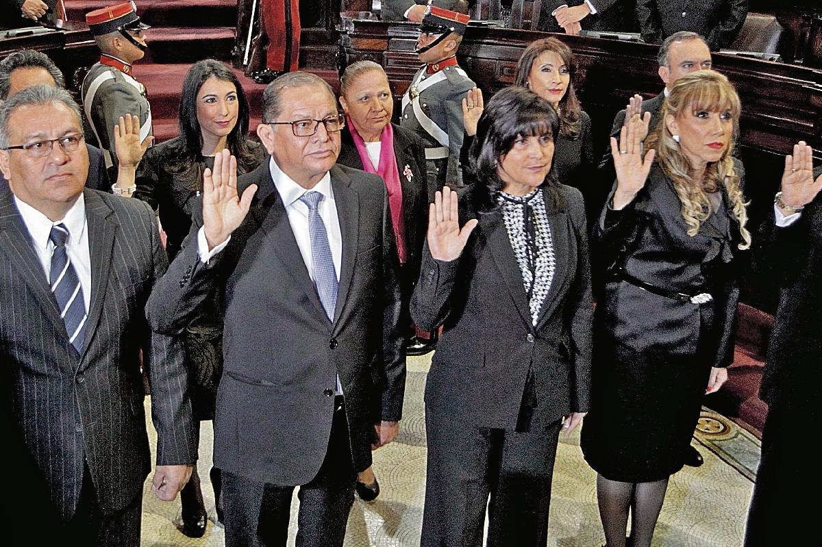 Los magistrados titulares y suplentes son juramentados en el Congreso. (Foto Prensa Libre: Edwin Bercián)