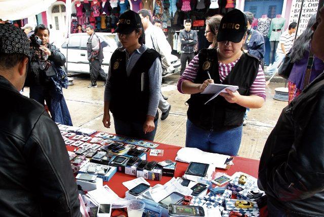 Los celulares robados los venden a menos de la mitad del precio de un teléfono nuevo. Son ofrecidos en ventas formales o en la calle. (Foto Prensa Libre: HemerotecaPL)