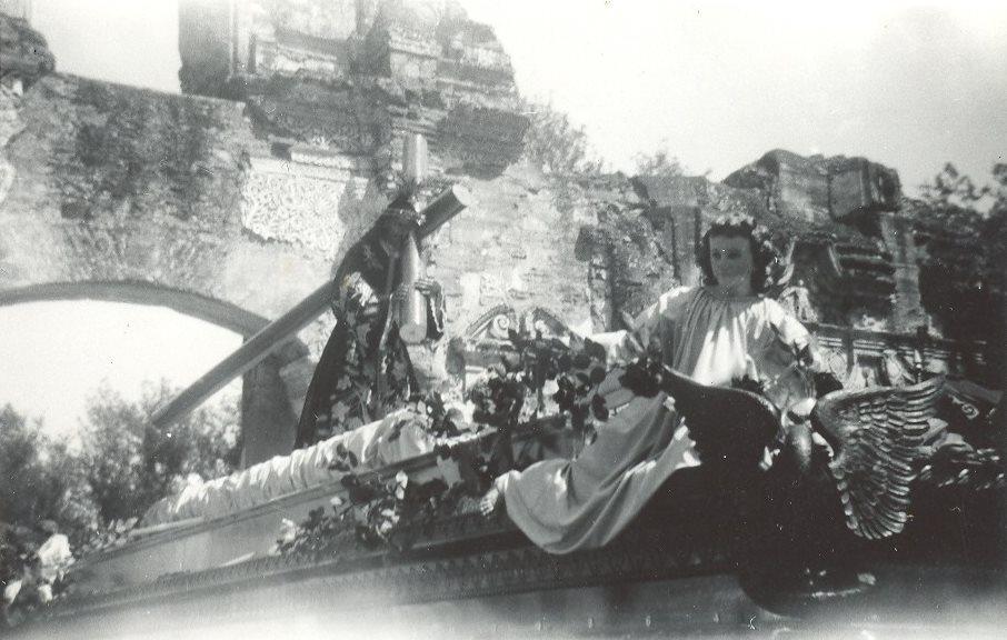 Jesús de Candelaria visitó las ruinas de su antiguo templo en Antigua Guatemala en 1963. (Foto: Hemeroteca PL)
