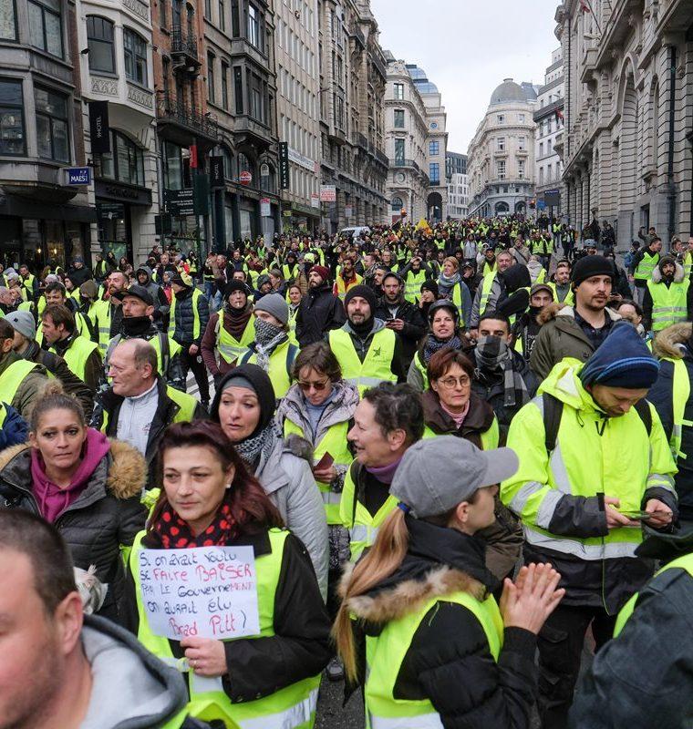 """Manifestantes del colectivo """"chalecos amarillos"""" protestaron el pasado 30 de noviembre contra la subida de los impuestos a los carburantes en Bruselas. (Foto Prensa Libre: EFE)"""