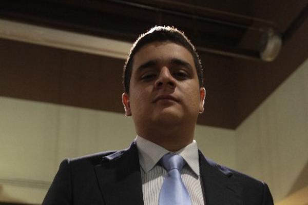 Hansel Espinoza recibe  reconocimiento por haber  ganado certamen literario.