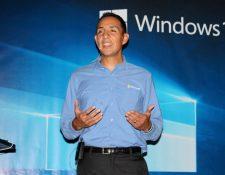 Carlos Lone director de tecnologías de Microsoft de Guatemala, explica las ventajas del nuevo Windows 10