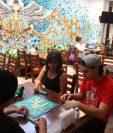 Jóvenes llegan a TableTop Café para pasar un momento de relajación con juegos de mesa. (Foto Prensa Libre: Eduardo González)