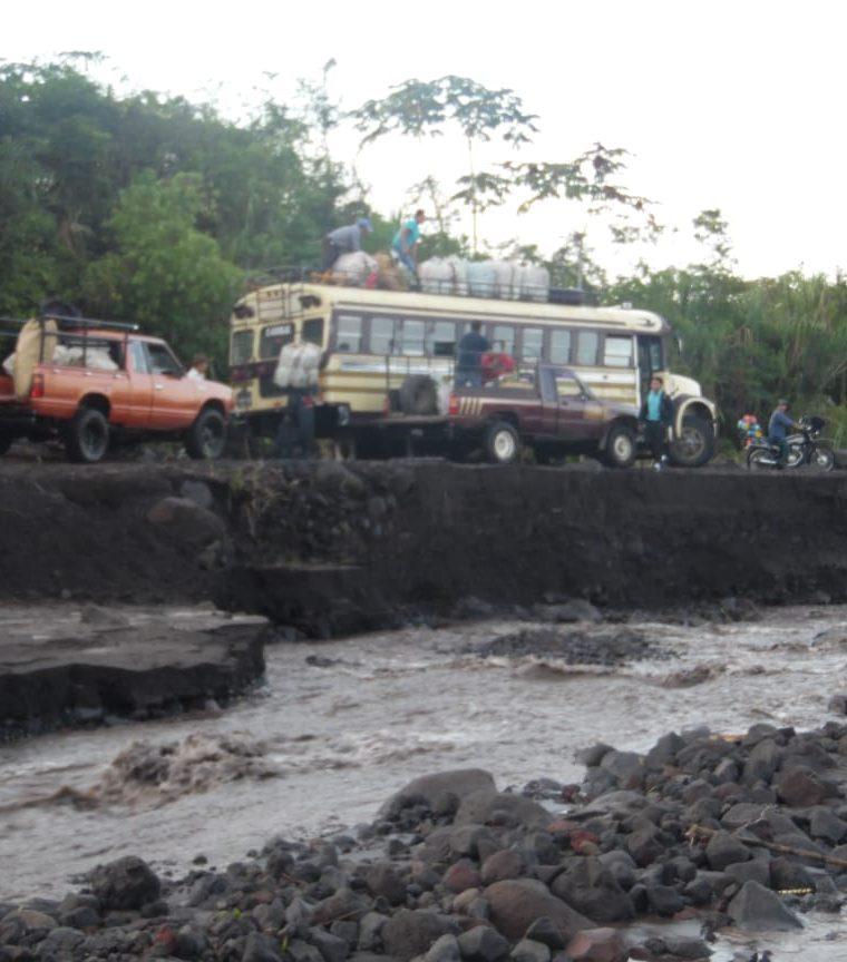 El paso de vehículos también está interrumpido en las comunidades de San Pedro Yepocapa por la crecida de ríos. (Foto Prensa Libre: Víctor Chamalé).
