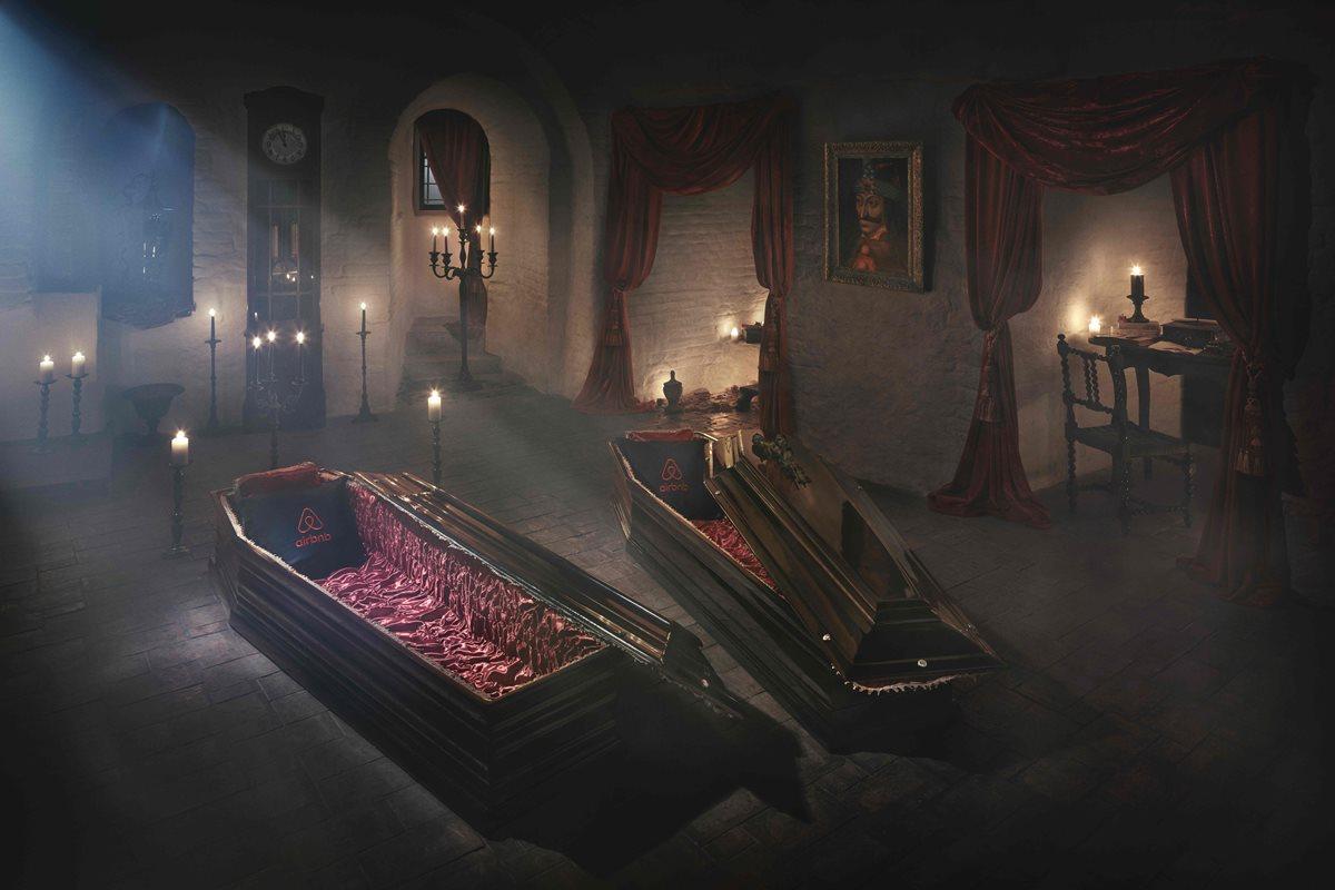 Drácula da posada a los mortales en su castillo de Transilvania