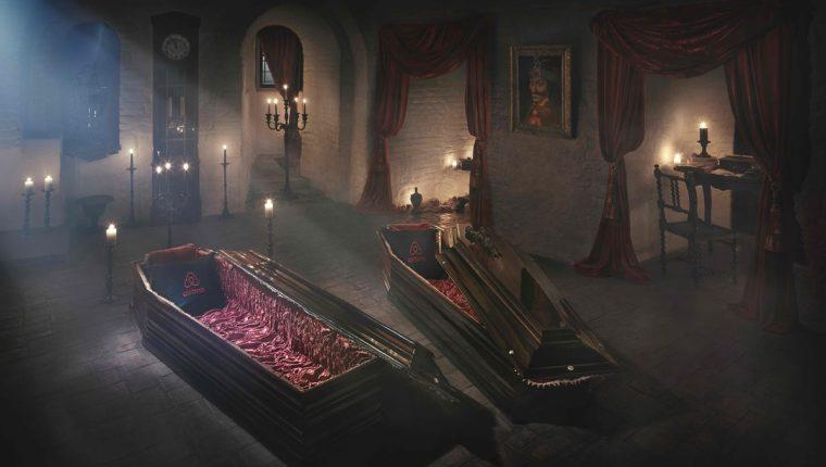 Ataúdes convertidos en camas pueden ser vistos junto a un retrato de Vlad Tepes, príncipe medieval rumano que inspiró Drácula. (Foto Prensa Libre: AFP).