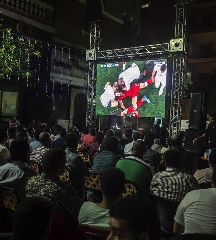 Los egipcios vivieron con tristeza y tensión cuando se lesionó Mohamed Salah. (Foto Prensa Libre: EFE)