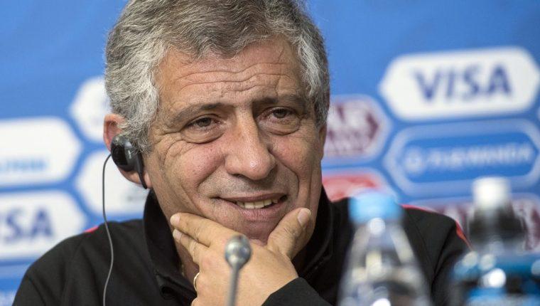 El técnico de la Selección de Portugal, Fernando Santos, durante la conferencia de prensa de este viernes en Rusia. (Foto Prensa Libre: EFE)