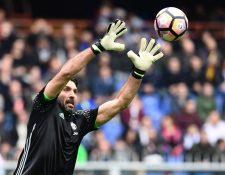 Gianluigi Buffon es una leyenda bajo los tres postes de Italia. (Foto Prensa Libre: AFP)