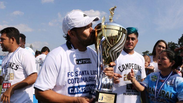 El entrenador Sergio Guevara ganó el título con Santa Lucía Cotzumalguapa de la Primera División. (Foto Prensa Libre: Carlos Paredes)